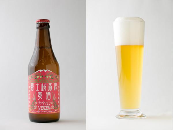 富士桜高原麦酒のヴァイツェンの瓶と注いだグラス