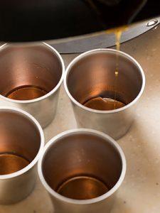 プリンカップにカラメル流す