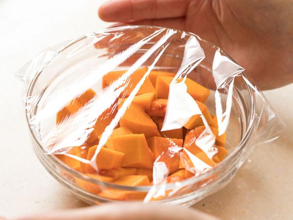 バターナッツかぼちゃを耐熱容器に入れて、ラップをかける
