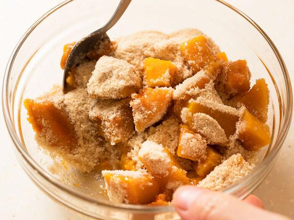 レンジで加熱したバターナッツかぼちゃに砂糖をまぶす様子