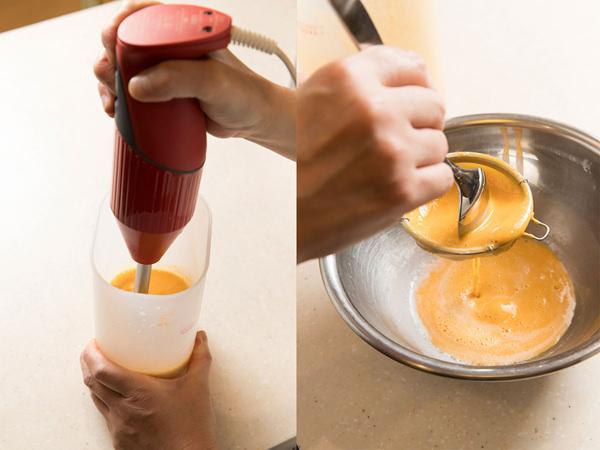ハンドミキサーでプリンの材料を撹拌し、茶こしこしでこす様子