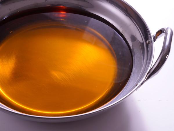 ジパングで提供している、博多もつ鍋の定番、透明で琥珀色のしょうゆ味のスープ