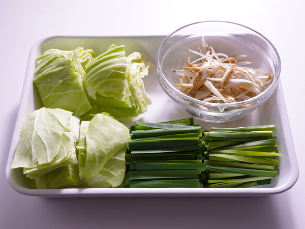 博多もつ鍋におすすめのメイン野菜。キャベツ、にら、ささがきにしたごぼう