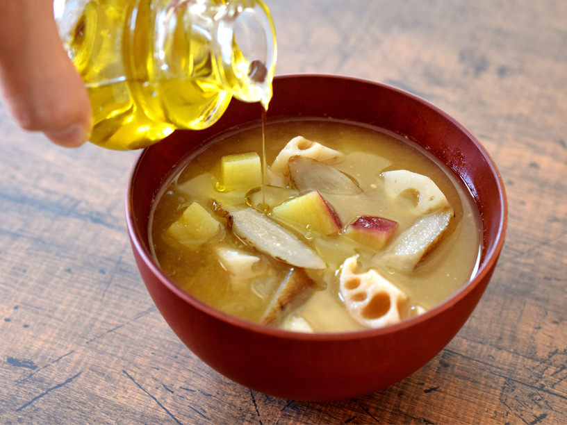 味噌汁にオリーブオイルをたらしているところ