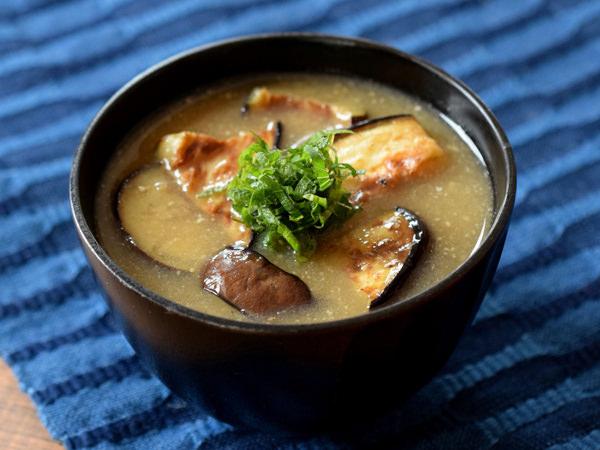 こんがり焼いたなすの味噌汁のイメージ