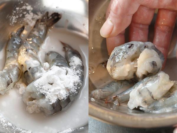 えびに片栗粉と水を加え、手でもんで洗う様子