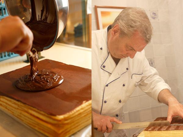バウムリンデの生地にクーベルチュールチョコレートを塗っているところと、バルテルス氏