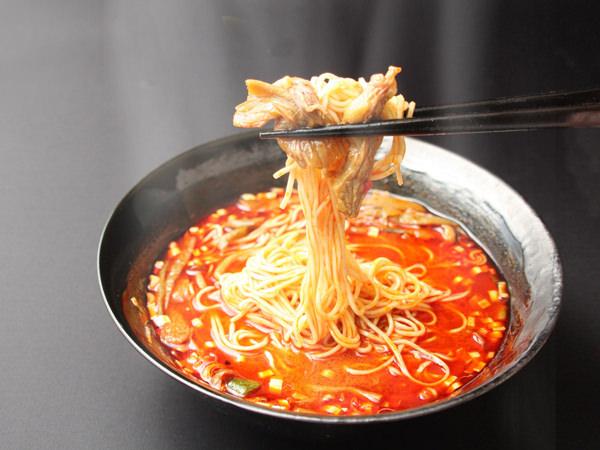 博多大東園の博多ユッケジャンに麺を入れたアレンジ例