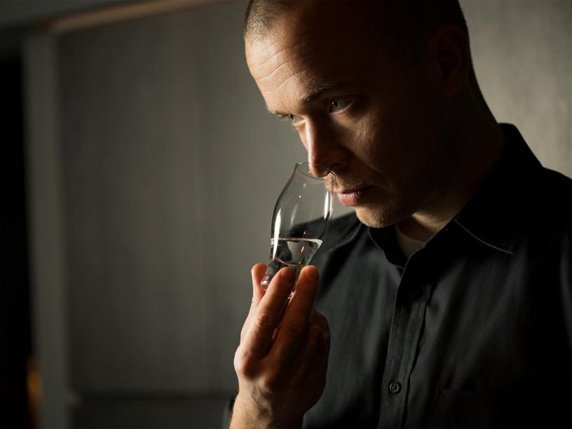 日本酒の香りを嗅ぐドミトリー・ブーラフさん