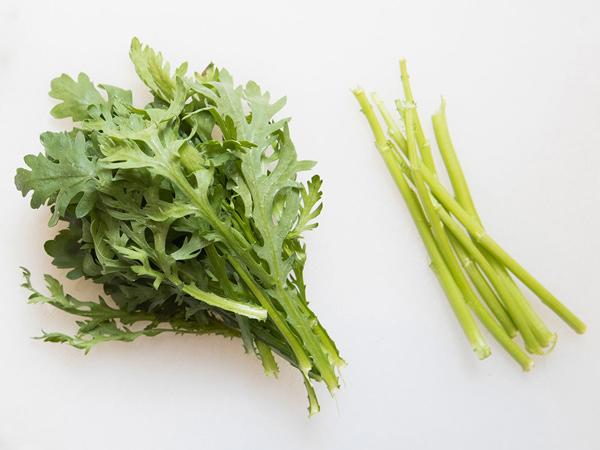 春菊」を最大限に美味しく食べるプロのコツ。葉は10秒加熱が正解だった ...