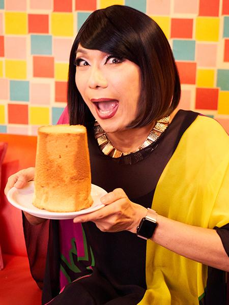 フレイバーのメープルシフォンケーキを持つブルボンヌさん