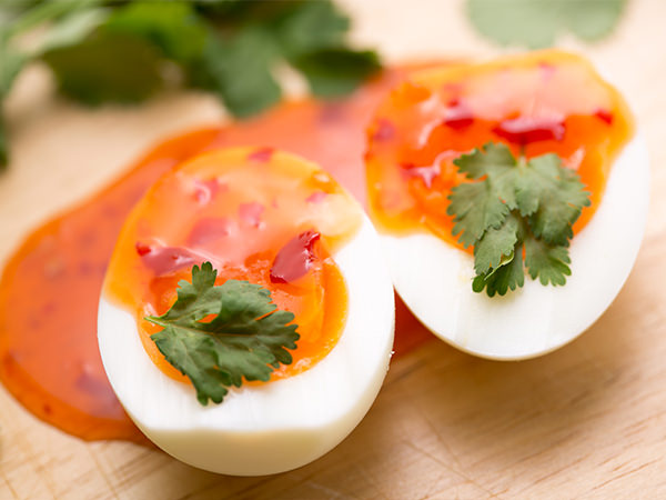 スイートチリソースをかけたゆで卵