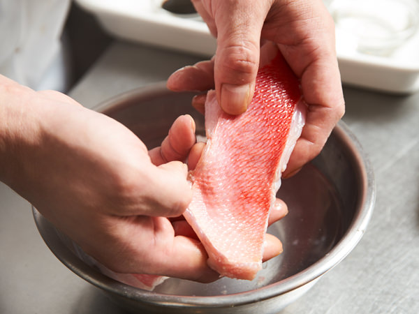 金目鯛を洗うイメージ