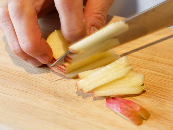 りんごを細切りにしている様子