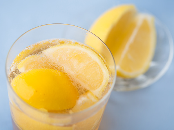 レモンがたっぷり入った梅酒ハイのイメージ