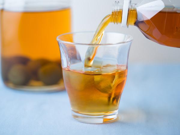 梅酒を紅茶で割っているところ