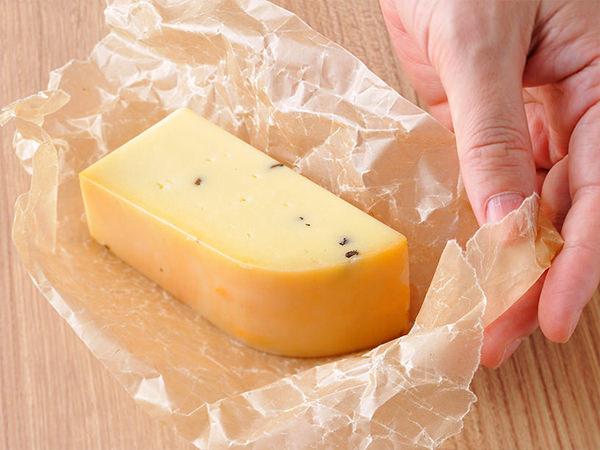 チーズを紙で包んでいるイメージ