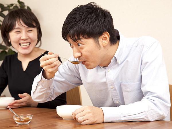カレーを食べて驚いている編集部S