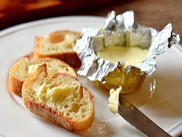 エシレバターの食べ方イメージ(バゲットに塗っているところ