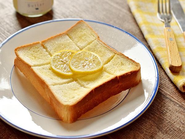 しあわせ乳業のグラスフェッドバターの食べ方イメージ(シュガートーストレモンのせ)