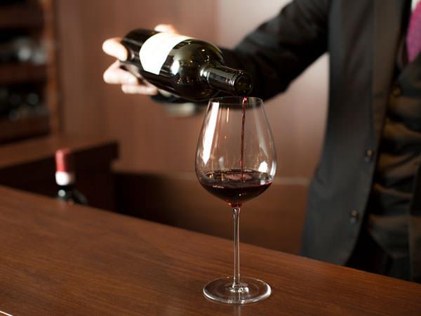 ワインを注ぐイメージ
