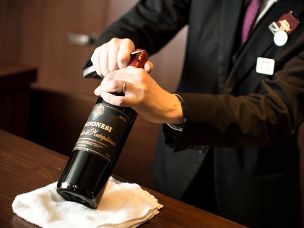 オールドヴィンテージワインを開栓しているところ