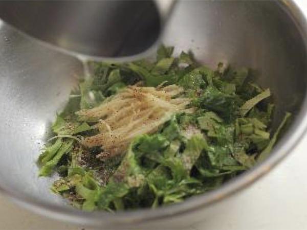 セロリの葉、しょうがにねぎ油を加えているところ