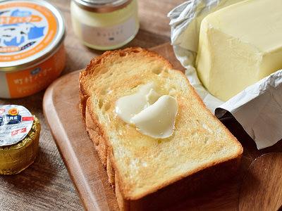 パンにのったバターのイメージ