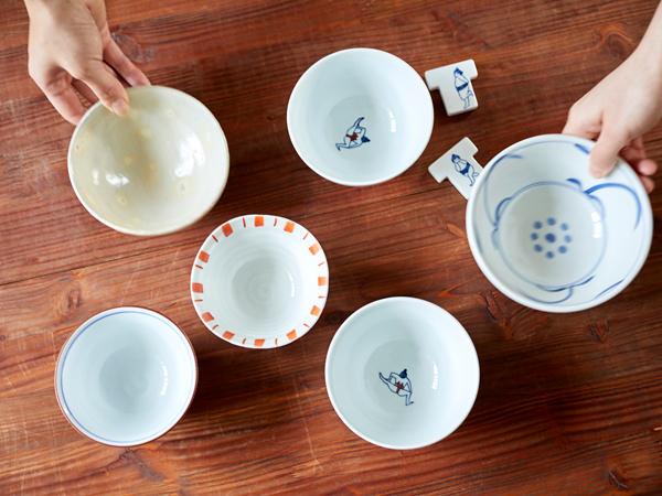 編集担当の茶碗を持ち寄って並べているところ