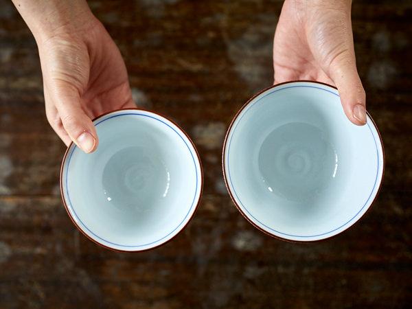 形のちがうふたつの茶碗