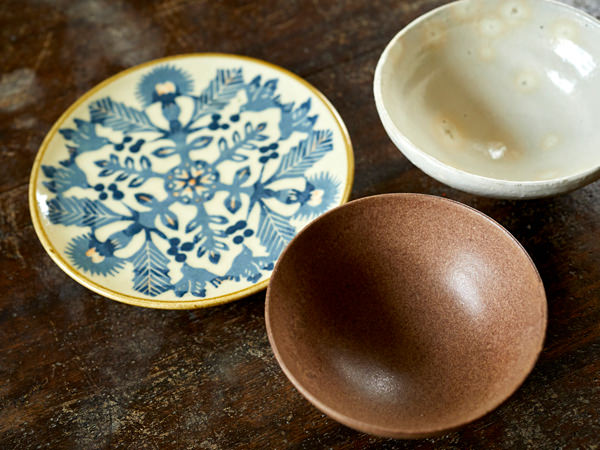 無地のシンプルな茶碗と、絵柄入りの皿を組み合わせているところ