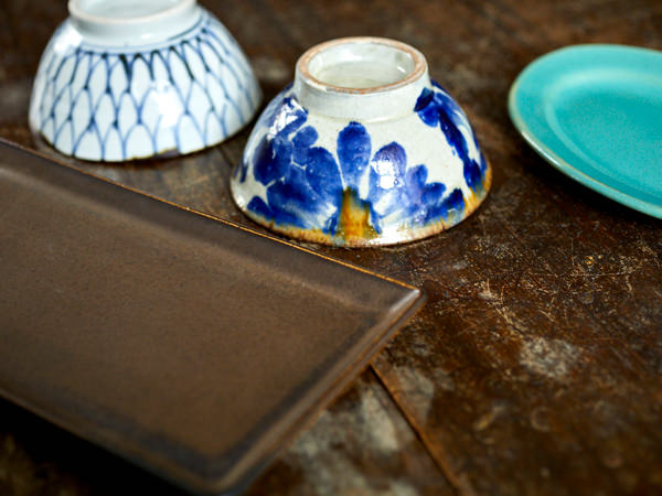 絵柄入りの茶碗と、無地でシンプルな皿を組み合わせているところ