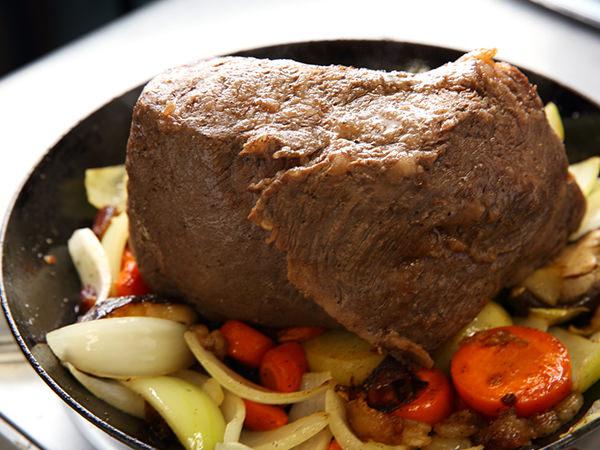 牛肉のほかの面を下にして焼いている様子