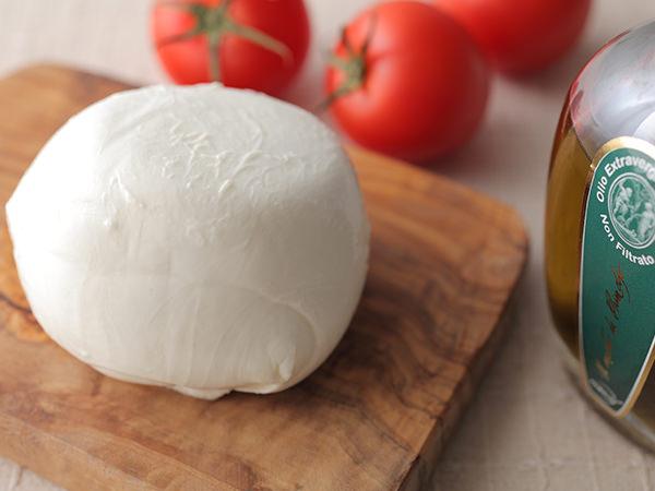 モッツァレラ・ディ・ブッファラ・イルパルコとオリーブオイル、トマト