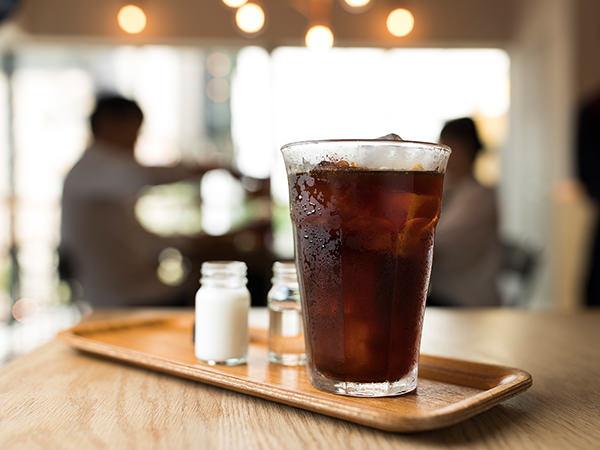グラス入りのコールドブリューコーヒー