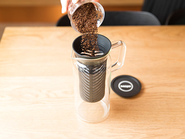 ポットのストレーナーにコーヒー豆を入れる