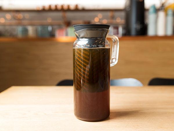 抽出中のコールドブリューコーヒー