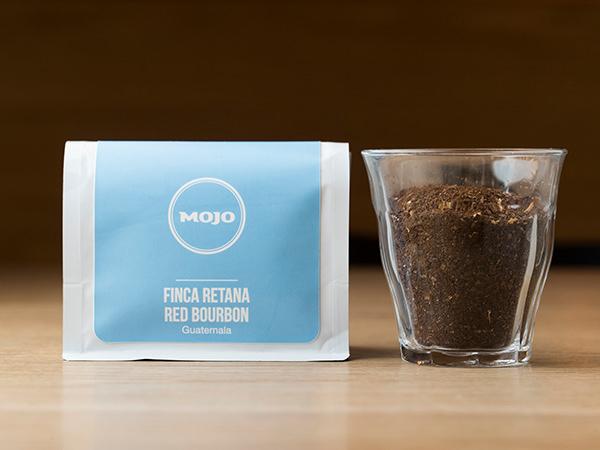 コーヒー豆のパッケージと挽き豆