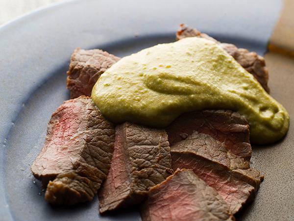 牛肉にのせたゴーヤペースト