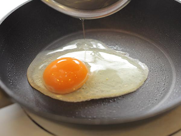 フライパンに卵を入れるところ