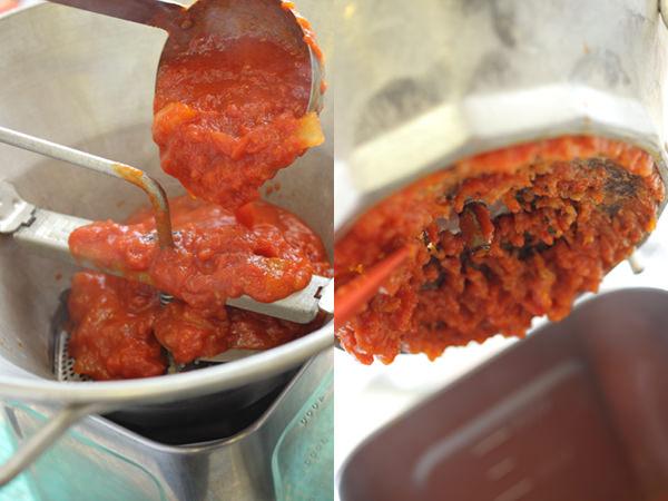 ムーランでトマトソースを裏ごししているところ