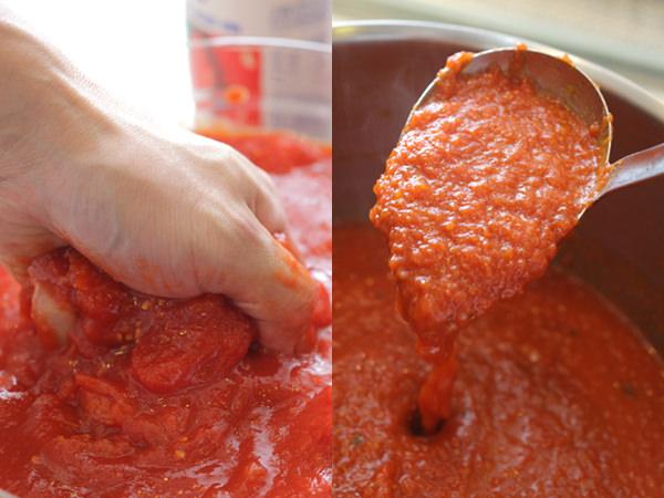 ホールトマトを手でつぶしているところと、トマトソースができ上がったところ