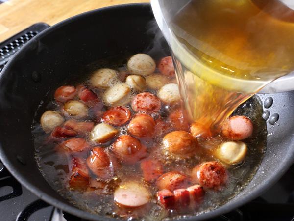 5. 野菜のブロードをフライパンに入れて、煮立てる
