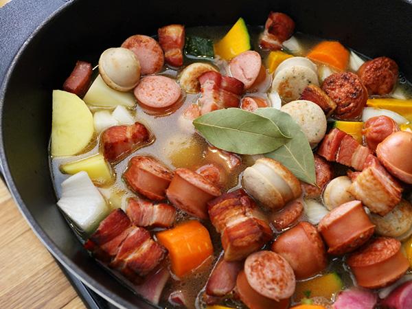 厚手の鍋に移し替えて、野菜と煮込む