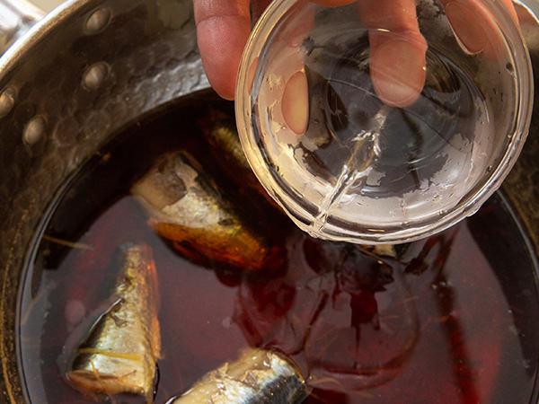 煮汁に水を加えている写真