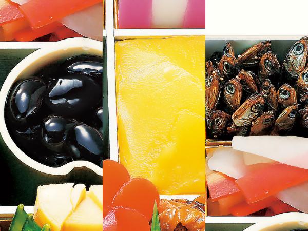 日本料理 なだ万の「おせち重詰 和洋二段」より、黒豆、栗金団、田作り
