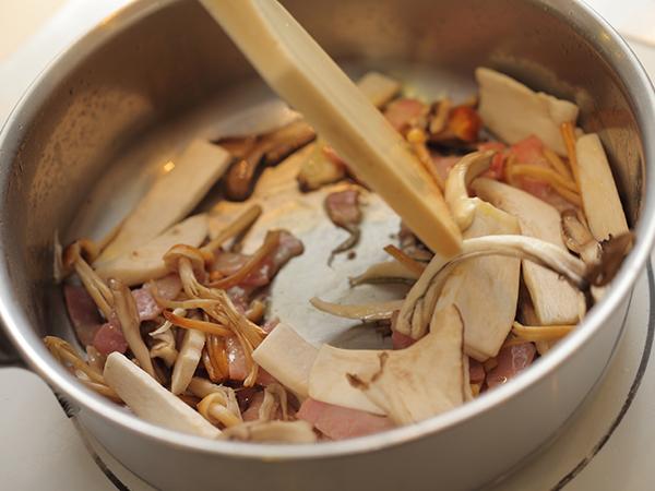 オリーブオイルでベーコンときのこを炒める