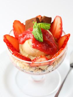 <チャヤマクロビ レストラン>嘉山農園いちごと甘酒ショコラのパフェ 1,296円(税込)