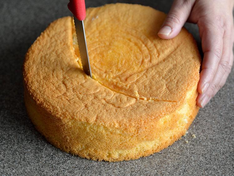 印に沿ってケーキを切る。