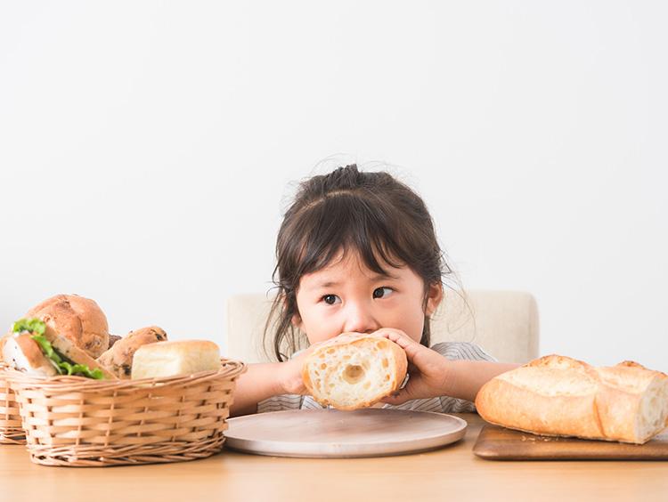 パンを頰張る子どものイメージ